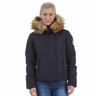 """Jacka från Svea, modellen heter """"Miss mary"""" och är i marinblå/mörkblå, fake päls, använd knappt två vintrar och i väldigt fint skick."""