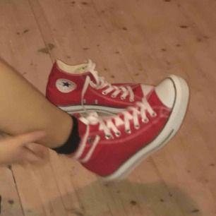 Helt nya röda converse i storlek 39,5, säljer pga för stora. Jättefräscha och perfekta till våren :)