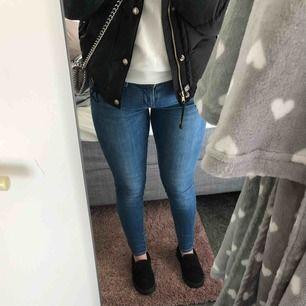 Fina Levis jeans 710 super skinny i stl 27/28 som är jätte stretchiga och sköna, nypris 1095  Jag på bilden är ca 160 cm men dem passar även min kompis ben och hon är nästan 170