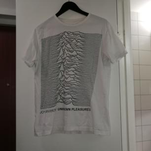 En classic vit Joy Division tröja. Köparen betalar frakt❤️ (priset kan alltid diskuteras)