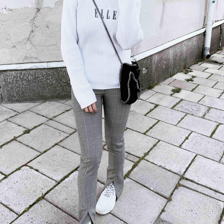 BILD LÅNAD FRÅN MIN INSTAGRAM @funemo säljer byxorna på bilden! Eftertraktade jättefina! . Jeans & Byxor.