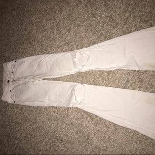 Snygga vita bootcut jeans med hål på knän, köpta ifrån Salt. Storleken passar ifrån xs-s då materialtet stretchar ut sig. Använda fåtal gånger. Frakt tillkommer