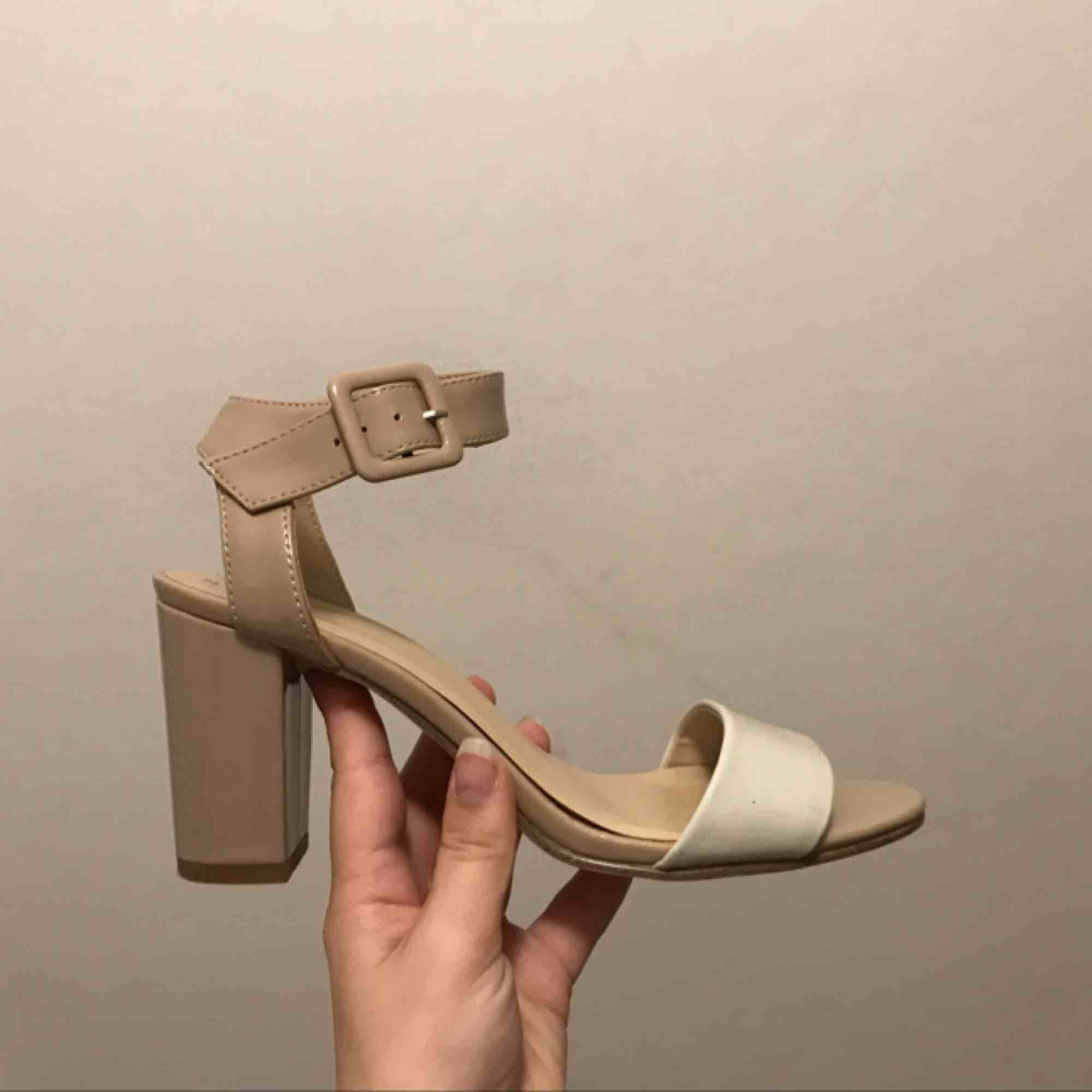 Supersnygga skor i storlek 37!  Köpta i Frankrike för 3år sedan men aldrig använda pga att de är i fel storlek för mig, så de är endast provade. Vita/beige och sitter jätteskönt, rätt låga klackar. Köptes för 330kr och säljes nu för 140 . Skor.
