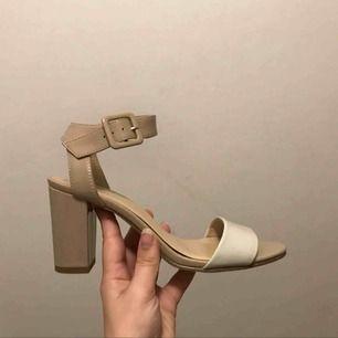 Supersnygga skor i storlek 37!  Köpta i Frankrike för 3år sedan men aldrig använda pga att de är i fel storlek för mig, så de är endast provade. Vita/beige och sitter jätteskönt, rätt låga klackar. Köptes för 330kr och säljes nu för 140