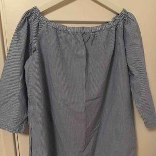 Blå-vit randig off shoulder tröja Aldrig använd  Strl L