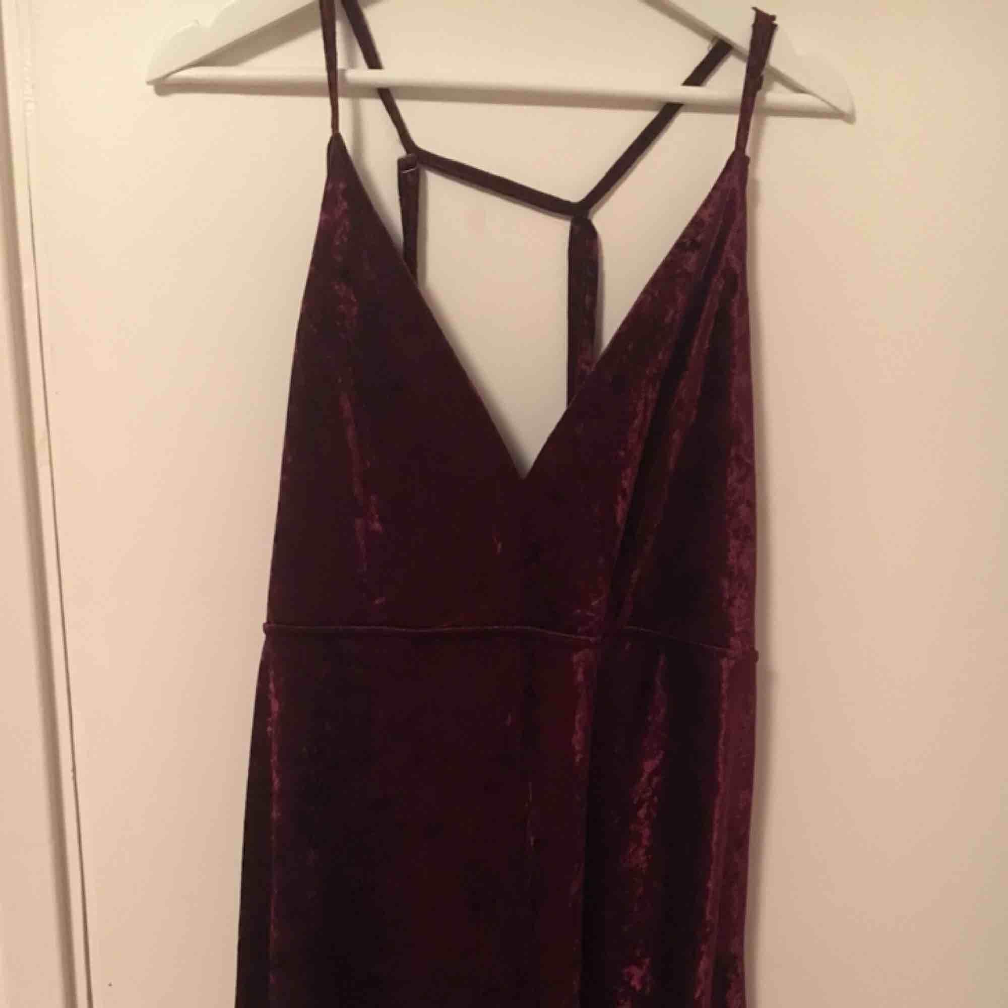 Vinröd velour klänning Endast använd 1 gång Skönhetsfel (se sista bilden). Klänningar.