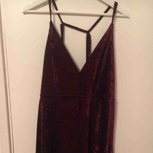 Vinröd velour klänning Endast använd 1 gång Skönhetsfel (se sista bilden)