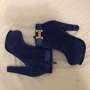 Coola blåa klackar med guldspänne. Aldrig använda, endast provade i hemmet. Skiftar lite i färg som man ser på bilden, vet ej varför då de är oanvända. Säljes pga för höga klackar för mig. men supersnygga!