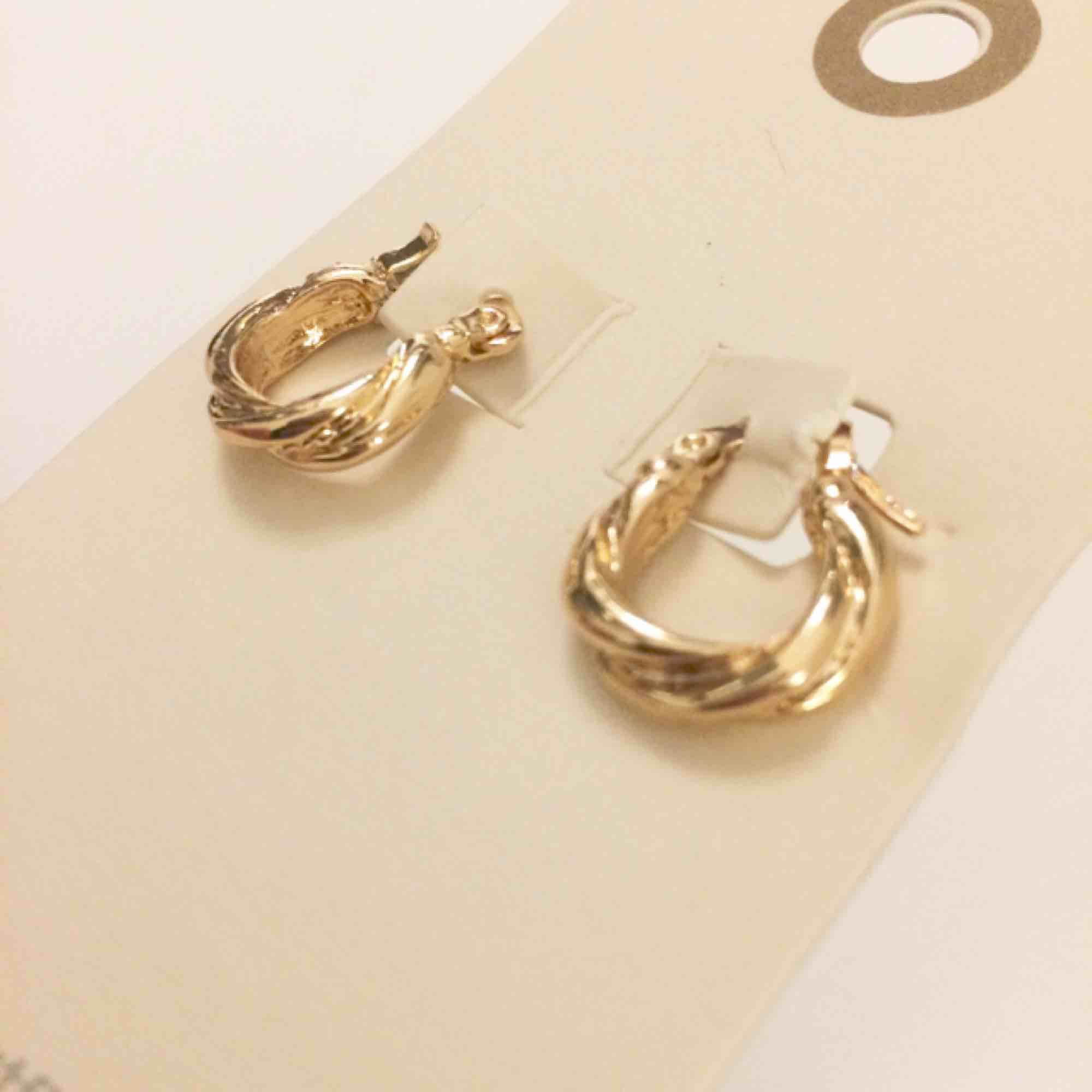 Jättefina guldfärgade örhängen från Urban Outfitters. Aldrig använda. Fri frakt!. Accessoarer.