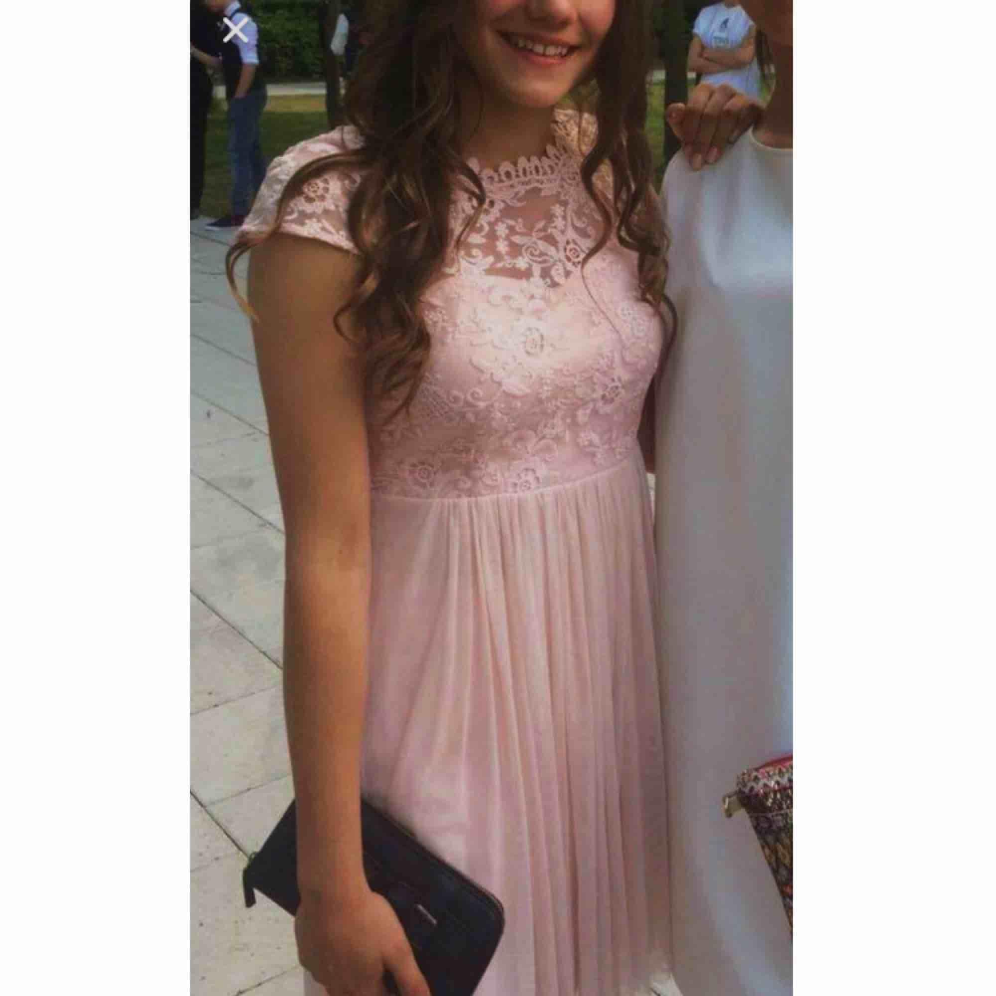229701fe2af8 Jättefin ljusrosa klänning från Vila! Använd vid ett tillfälle färgen har  dock mörknat lite i ...