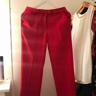 Röda kostymbyxor använda 1 gång. Står inte vilket märke.