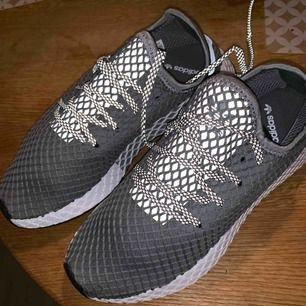Gråa nya oanvända adidas skor. Jätte sköna men beställde hem fel storlek och han ej skicka tillbaka. Bjuder på frakten!  Pris kan diskuteras