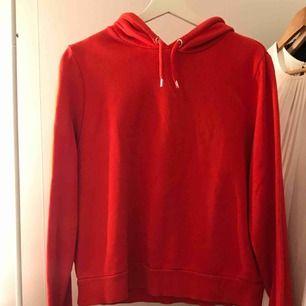 Röd hoodie från monki, skulle säga att den funkar som en S/M. Använd runt 4 gånger. Möts upp i Stockholm.