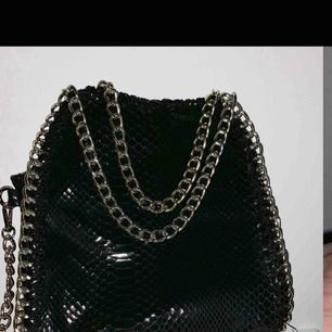 Väska orm skin detaljer svart fin!  Avtag bar kedja (sänkt pris)