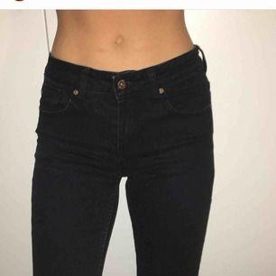 Säljer dessa svarta jeans i samma modell som i tidigare inlägg från Cubus! Superfint skick helt utan skråmor;-) kan mötas i Stockholm och annars står köparen för frakt: 55 kr🌹