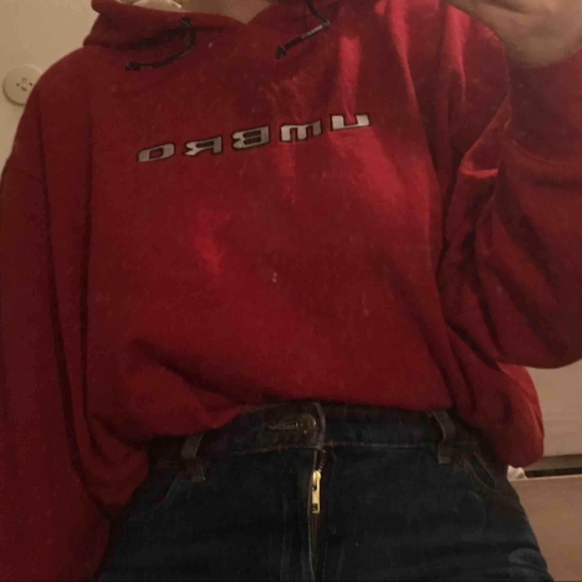 Skitsnygg vintage röd Umbro hoodie. Använd mycket, lite sliten men fortfarande snygg och extremt bekväm! Sitter oversized på mig som är S/M :) Köparen betalar frakt elr så kan jag mötas upp i Göteborg. puss<3. Huvtröjor & Träningströjor.