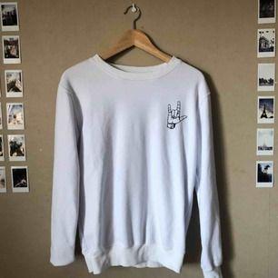 Sweatshirt från Zaful, använd fåtal gånger och kommer numera aldrig till användning. Fläckfri👏 frakt tillkommer!💥