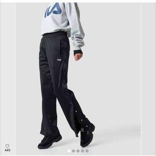 Sprillans nya fila byxor. SÅ snygga. Säljer pga har likadana fast en storlek större. ❗️i priset ingår frakten ❗️