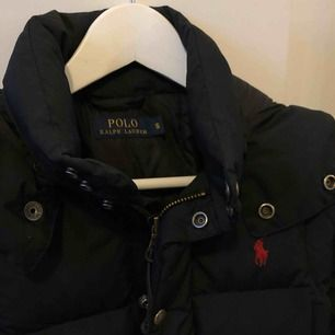 En riktigt snygg och justerbar jacka från Ralph Lauren i stl S men passar även XS och M beroende på hur man vill att den ska sitta Nypriset var ca 3500kr