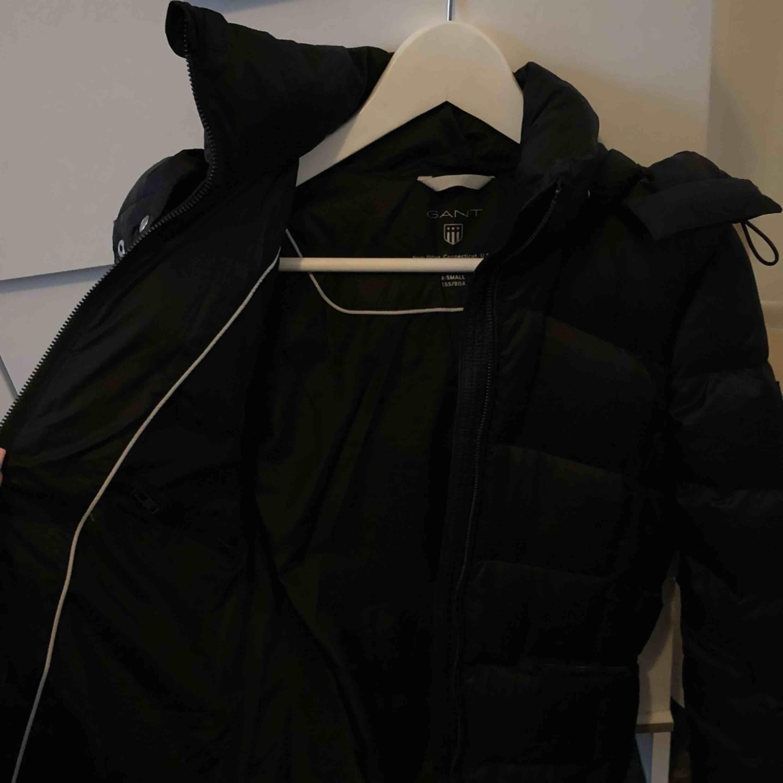 En nästan ny gant vinterjacka/höstjacka i stl XS, passar även mig med S. Den är endast använd i ca 2månader så som ny, extra knappar och lådan den kom i följer med  Nypris 3500kr. Jackor.