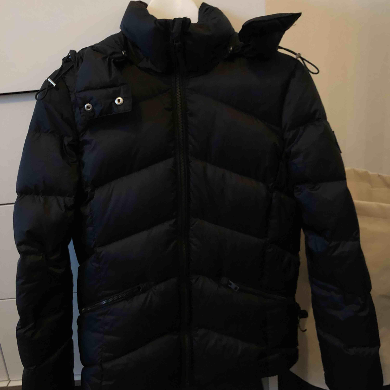 Fin gant jacka i stort sett nytt skick, bara använd max 2månader  Ny pris 3500kr. Jackor.