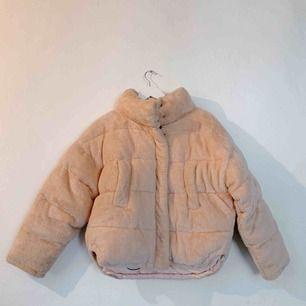 Ljusrosa pufferjacka från Urban Outfitters. Jättefin och varm!