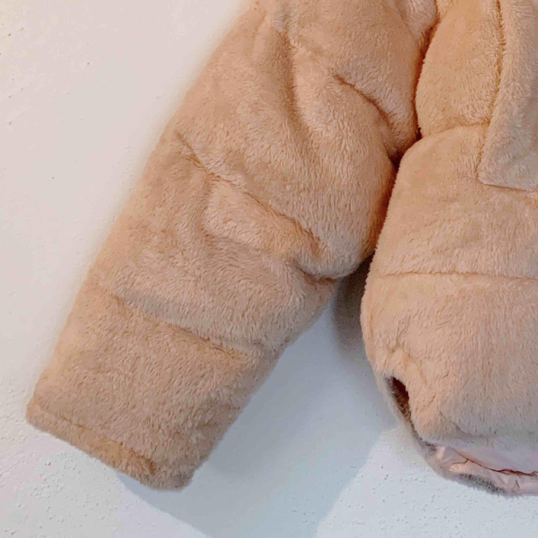 Ljusrosa pufferjacka från Urban Outfitters. Jättefin och varm! . Jackor.