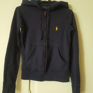 Blå Ralph Lauren hoodie, nästintill oanvänd.  Betalning via swish.  Köparen står för frakt.