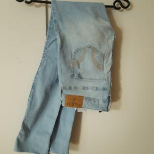 Blå hollister jeans 00  Betalning via swish. Köparen står för frakt.