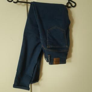Mörkblå bershka jeans 32. Betalning via swish. Köparen står för frakt.