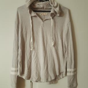 Grå/beige mjuuk Hollister tröja xs. Köparen står för frakt  Betalning via swish