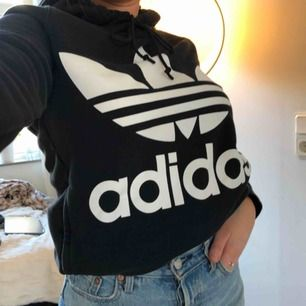 Super skön Adidas hoodie som är lite tunnare material än andra Hoodies, fin att styla till lite boyfriend jeans eller bara ha som en mys hoodie🥰 Köpt för 800kr och den är oanvänd, pm för fler frågor🌸