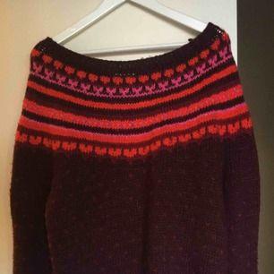 Tjock stickad tröja med fina mönster