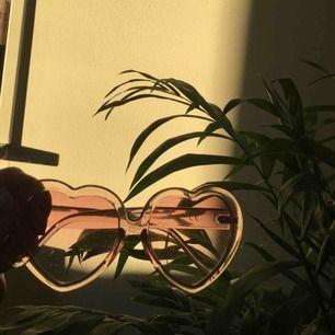 Ett par jätte snygga rosa, hjärtformade solglasögon från h&m. Säljer eftersom att jag inte använder de tillräckligt mycket. Frakten är inkl. i priset <3 ha en bra dag!