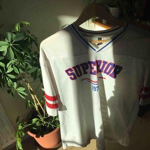 """En mesh t-shirt från h&m med motivet """"superior"""" """"1975"""". XS men oversized så den passar fler storlekar. Frakt inkl. i pris <3 ha en bra dag!"""