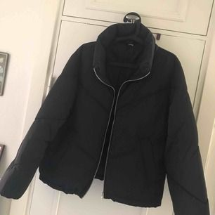 Säljer min jacka från H&M, storlek M. Använd 1-2 gånger. Köpare står för frakt