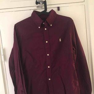 Säljer min aldrig använda skjorta från Ralph Lauren, storlek M. Skjortan är vinröd och damskjorta/figurnära. Köpare står för frakt.