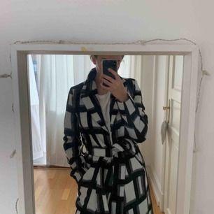 Säljer denna fina kappa som varit extremt efterfrågad på NAKD's hemsida! Super fint o skönt material och perfekt nu till våren. Kappan är använd totalt 3 gånger.