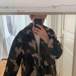 Säljer denna super fina och sköna kappa från nakd! Använd ytterst få gånger då jag har en annan liknande!  Jag är 170 cm lång & bor i Helsingborg. Enbart seriösa köpare och bud, köparen står för frakten, dvs inga kompromisser göra i priset.