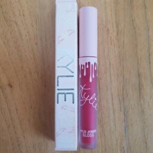 Äkta Kylie jenner lip gloss Cherry pie swatchad 1gång, frakt tillkommer