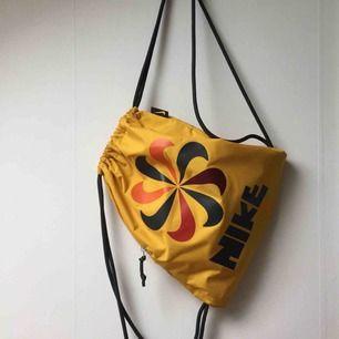 Gymbag från Nike, limited edition. Retro inspirerad och så nice modell. Har ett smidigt fack med dragkedja på sidan för mobil, plånbok, buss eller pendlarkort osv. Helt oanvänd!