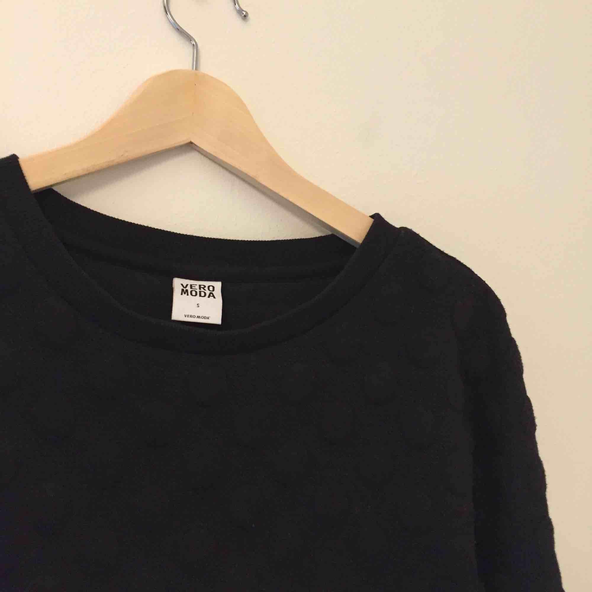 Tröja med svarta prickar från Vero Moda. Har behållit sin svarta färg bra, men prickarna har blivit lite noppriga. Fler bilder kan skickas vid intresse. Hämtas i Stockholm, eller så står köparen för frakt.. Tröjor & Koftor.