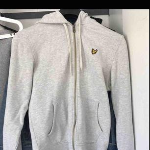 Nästan oanvänd Lyle & Scott hoodie