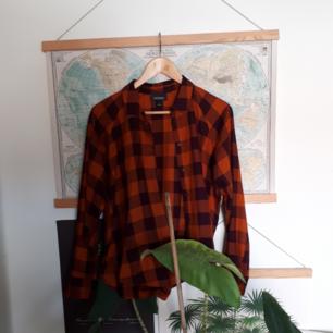 Cool flanellskjorta i orange och lila!! Säljer pga inte min stil och lite för liten för mig som vanligtvis är en Medium. Köparen står för frakt eller så kan vi mötas upp i Göteborg.