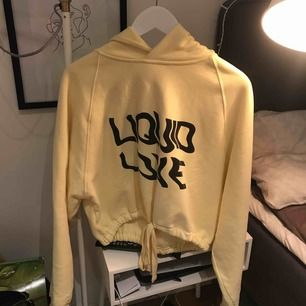 ny tröja från weekday, ljus gul. knyte vid minjan
