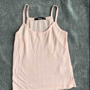 Frakten inräknat i priset! Jättesöt linne från bikbok, använt 2-3 gånger. Jättefina små detaljer på den också. Skicka meddelande vid fler bilder eller frågor💗