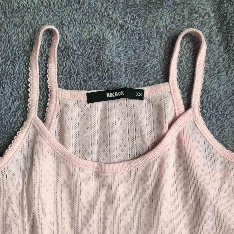Frakten inräknat i priset! Jättesöt linne från bikbok, använt 2-3 gånger. Jättefina små detaljer på den också. Skicka meddelande vid fler bilder eller frågor💗. Toppar.