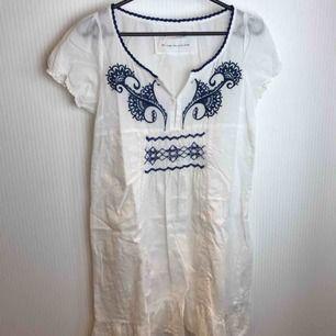Klänning från Odd Molly med knyte bak. OBS! genomskinlig!! Underklänning behövs - se bild 2. Fraktkostnad inräknad i priset