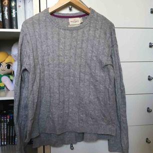 Stickad grå tröja från Lindex. Färgen är mest som i första bilden. Den är lite längre bak än fram 🥰   vid frakt betalar köparen för den! (ca 60 kr) 🚨