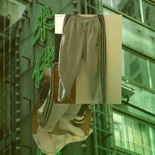 Ett par as nice adidas byxor som är oversized :). Säljer för dom kommer ej till användning. Fraktar, frakten tillkommer på 50kr